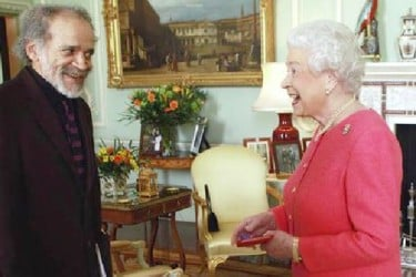 The Queen presenting the gold medal to John Agard (Internet photo)