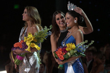 Miss Philippines Pia Alonzo Wurtzbach (right) being crowned by 2014 queen Paulina Vega. First runner-up,  Miss Colombia Ariadna Guiterrez who had originally been crowned is at left.