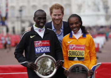 Great Britain's Prince Harry poses with the winner of the men's race Kenya's Eliud Kipchoge and the women's race Jemima SumgongAction Images via Reuters / Paul ChildsLivepic