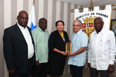 Georgetown Mayor, Patricia Chase-Green (centre), Mayor of Municipio De Panama Mike Thomas (second from right),  Oscar Clarke (right) Chairman of the Finance Committee , Junior Garrett  (left) member of the Finance Committee and Royston King.